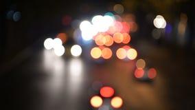 Fond coloré d'abrégé sur art de tache floue de bokeh de nuit légère Les lumières de voitures passent une route banque de vidéos