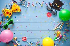 Fond coloré d'anniversaire ou de carnaval photos stock