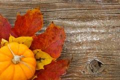 Fond coloré d'automne avec le charme de pays Image libre de droits