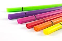Fond coloré de blanc de stylos Photographie stock