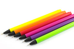 Fond coloré de blanc de stylos Images libres de droits