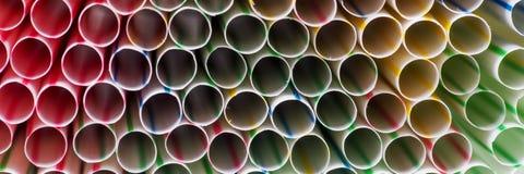 Fond coloré de boire les pailles en plastique Photo stock