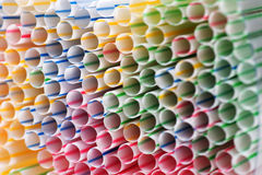 Fond coloré de boire les pailles en plastique Photographie stock
