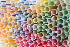 Fond coloré de boire les pailles en plastique Images stock