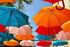 Fond coloré de parapluies Parapluies colorés dans le ciel Décoration de rue Photos stock