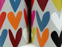 Fond coloré de tasses de coeurs de coeurs colorés Image stock