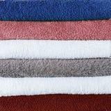Fond coloré de textile de serviettes de bain de pile Photographie stock libre de droits