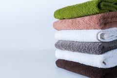 Fond coloré de textile de serviettes de bain de pile Photos stock