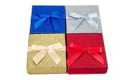 Fond coloré de thème de Noël de quatre présents Photo stock
