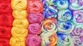 Fond coloré des fils pour le tricotage Photographie stock libre de droits