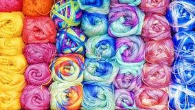 Fond coloré des fils pour le tricotage Photo libre de droits