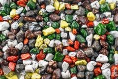 Fond coloré lumineux avec de petites pierres décoratives photo stock