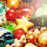 Fond coloré lumineux de Noël avec la décoration de Noël images stock