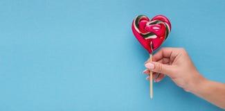Fond conceptuel d'amour, main avec la lucette en forme de coeur images libres de droits