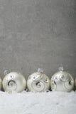 Fond concret avec des boules de Noël Images stock