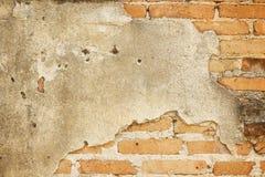 Fond concret criqué de mur de briques de cru Photos stock
