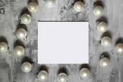 Fond concret de fond gris avec des boules de Noël, Image stock