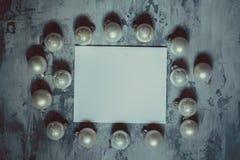 Fond concret de fond gris avec des boules de Noël, Photos libres de droits