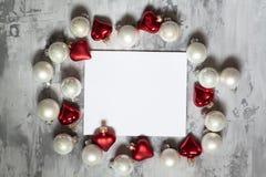 Fond concret de fond gris avec des boules de Noël, Photos stock