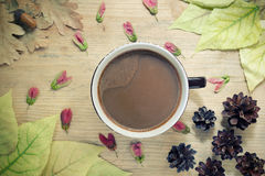 Fond confortable d'automne - tasse de café avec du lait, feuilles de jaune d'automne, fond en bois D'automne toujours concept de  Images libres de droits