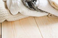 Fond confortable et mou d'hiver Chauffez les vêtements tricotés sur un fond en bois Photos stock
