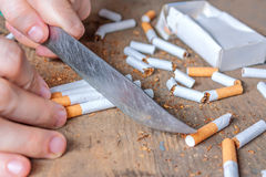 Fond contre le tabac Cigarettes découpées en tranches Photographie stock libre de droits