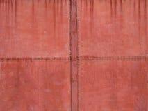 Fond corrod? rouill? de texture de porte en m?tal vieille porte en métal avec la peinture patinated Détail d'une chapelle abandon photo libre de droits