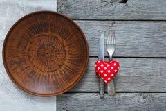 Fond, couverts, coeur et plat de Saint Valentin avec l'espace vide Photo stock