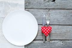 Fond, couverts, coeur et plat de Saint Valentin avec l'espace vide Photographie stock