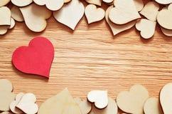 Fond créé des coeurs rouges et bruns sur le conseil en bois Photos libres de droits