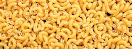 Fond cru de texture de pâtes de forme de coude de macaronis, bannière photos stock