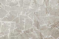Fond déchiré de répétition noir et blanc de journal Modèle continu laissé, droit, en haut et en bas photo libre de droits