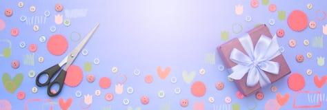 Fond décoratif de bannière avec les boutons colorés en vrac et le boîte-cadeau Images stock