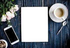 Fond dénommé avec du café, le smartphote, les roses et la magazine Co Images libres de droits