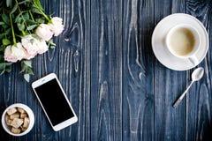 Fond dénommé foncé avec du café, le smartphote et les roses Photos stock