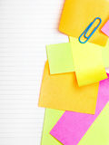 Fond d'école avec les notes collantes colorées Photos stock