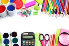 Fond d'école crayons colorés, stylo, douleurs, papier pour l'école et éducation d'étudiant d'isolement sur le blanc Image stock