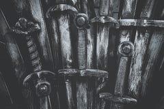Fond d'épées de chevalier en métal Fin vers le haut Photographie stock libre de droits