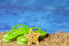 Fond d'été avec des bascules électroniques et étoiles de mer sur la plage Photos libres de droits