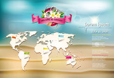 Fond d'été avec la fleur de Frangipani, la carte du monde et la bouée de sauvetage Photos libres de droits