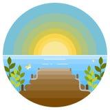 Fond d'été avec le soleil, la mer et la jetée en bois Photographie stock