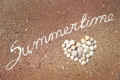 Fond d'été Coeur fait de coquilles sur la plage sablonneuse Image stock