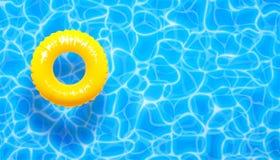 Fond d'été de piscine d'eau avec l'anneau jaune de flotteur de piscine Fond texturisé d'aqua bleu d'été Photographie stock