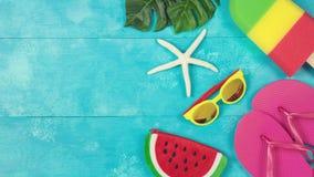 Fond d'été sur le conseil en bois bleu photographie stock libre de droits