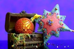 Fond d'étoile de Noël avec fabriqué à la main de boules d'or décoré Photographie stock