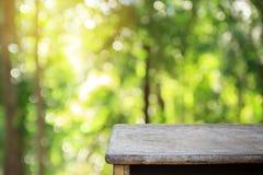 Fond d'abrégé sur bokeh et table verts en bois pour la conception Image stock