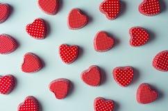 Fond d'abrégé sur Saint-Valentin - coeurs rouges de sucrerie sur le fond en bon état clair en tant que modèle décoratif, vue supé images stock