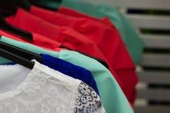 Fond d'achats Vêtements au marché Foyer sélectif Femme de mode d'été, robe de femeale dans la boutique supermarché photo libre de droits