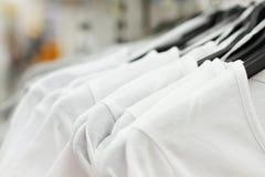 Fond d'achats Vêtements au marché Foyer sélectif Femme de mode d'été, robe de femeale dans la boutique supermarché images libres de droits