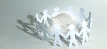 Fond d'affaires team les hommes de papier se tenant autour du gl en verre Photos stock